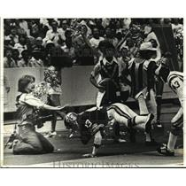 1978 Press Photo New Orleans Saints- Photographer Paul Lester braces for hit.