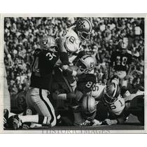 1971 Press Photo New Orleans Saints - Raiders Attempt to Take Down a Saint