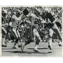 1972 Press Photo New Orleans Saints-Margene Adkins carries ball over his head.
