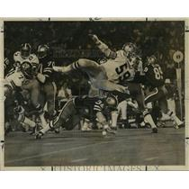 1972 Press Photo New Orleans Saints- Wayne Coleman gets upended in his pursuit.