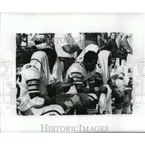 1973 Press Photo New Orleans Saints - Players Sitting on Bench with Towels