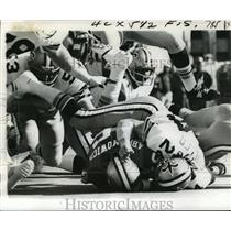1973 Press Photo New Orleans Saints - Johnny Fuller Tumbles on 49ers Abramowicz