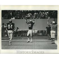 1975 Press Photo New Orleans Saints - Rod McNeil Gives Touchdown Sign