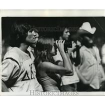 1975 Press Photo New Orleans Saints- Saints fan takes a closer look. - nos00788
