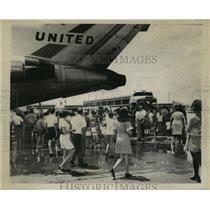 1970 Press Photo New Orleans Saints- Fans await Saints arrival at airport.