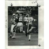 1977 Press Photo New Orleans Saints- Giant's Colbert chases, then dives in vain.