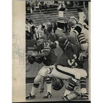 1971 Press Photo New Orleans Saints- Saints line Tommy Roussel does a headstand.