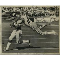 1971 Press Photo New Orleans Saints-D'Artagnan Martin hangs onto Viking
