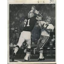 1968 Press Photo New Orleans Saints- Bill Kilmer delivers despite rush.