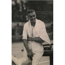 1920 Press Photo Tennis player Roland Roberts sitting on a bench - net30595