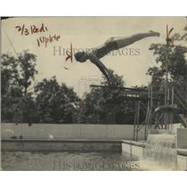 1922 Press Photo Eleanor Smith during a high dive - net31911