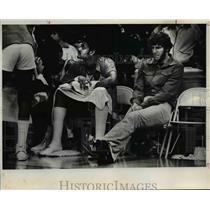 1978 Press Photo Blazer wounded- Maurice Lucas, sprained left wrist. - orc07564