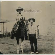 1921 Press Photo Burger Red on a horse & Sam Tommy next to hem - net31342