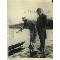 1925 Press Photo Mr and Mrs Sydney Hutchinson christen Univ of Penn crew shell