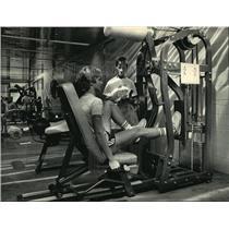 1987 Press Photo Jane Halbman and Steve Schrader lift weights at Southwest YMCA