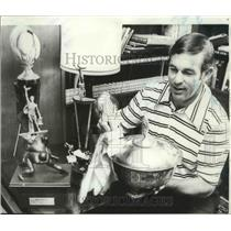 1971 Press Photo Former football player John Brodie cleans his trophy - sps00256