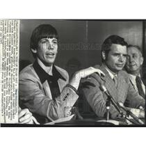 1973 Press Photo Dough Collins signs with the Philadelphia 76ers football team