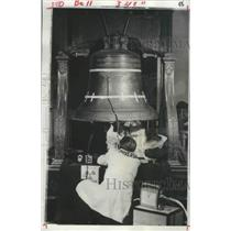 1976 Press Photo Liberty Bell Checked by Metallurgists, Philadelphia - ftx02748
