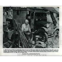 1980 Press Photo Man on picking fruit & selling junk during the Great Depression
