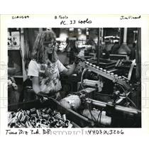 1989 Press Photo Tracey Pettyjohn Performs her Job at ball Hole-drilling Machine