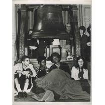 1963 Press Photo Members of CORE sit-in at the base of the Liberty Bell