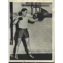 1929 Press Photo Bill Regan 2nd baseman of Boston Red Sox practices boxing