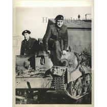 1940 Press Photo actor Richard Green atop a tank, training in S. England, WWII