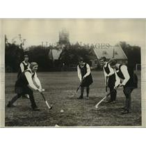 1928 Press Photo English girls field hockey practie to meet US team - sbx00619