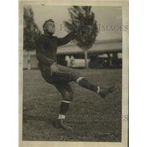 1925 Press Photo Alan Shapley, Halfback, Naval Academy, during practice kickoff