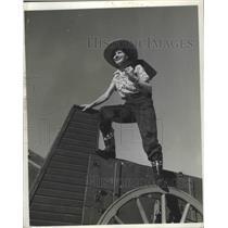1943 Press Photo Chuck Wagon Cook Cowgirl - ney26768