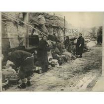 1927 Press Photo Refugees from Mineyama huddled along the roadside - sbx02690