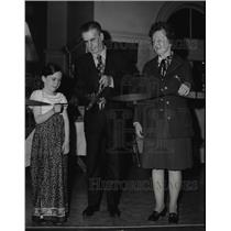 1973 Press Photo Rowland Bond retired Chronicle School Editor Cuts Ribbon