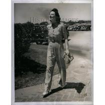 1940 Press Photo Beach Mrs Syron Foy Chrysler Westbury - RRU39787