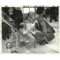 1975 Press Photo Flight attendant Lee Ann Martin and Christi Sowell, passenger.