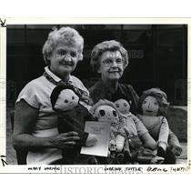 1983 Press Photo Mary Norton & Corrine Tuttle w/ teaching dolls - orb65321