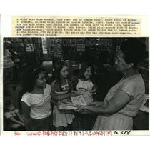 1994 Press Photo Algiers Point Librarian, Louise LaMothe, hands out certificates