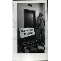 1978 Press Photo Portland City Hall visitor keeps vigil at wrong elevator