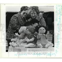 1983 Press Photo Nancy Smith and Jackie Keller shows off the dolls they made