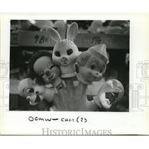 1983 Press Photo Hand displays a variety of doll heads on a do it yourself shop