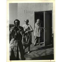 1980 Press Photo Residents of Hillside Manor leave building by outside stairwell