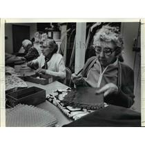 1982 Press Photo Goodwill volunteers, Audrey Young and Olive Kline (at center)