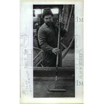 1983 Press Photo Ken Ellis Smooths Fiberglass For Mobile Home Roof - orb77504
