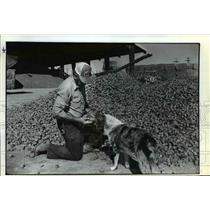 1982 Press Photo Everett Soiback of High Desert Hay Co. Examines Hay Cubes