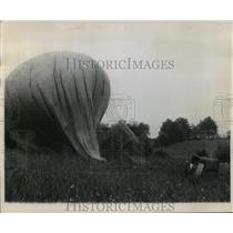 1958 Press Photo Hot Air Balloon Landing in a grassy field - mja59235