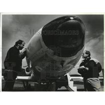 1991 Press Photo SCC students M. Smith & L. Lambert examine a T-39 Saberliner