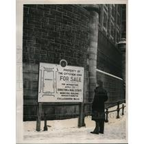 1933 Press Photo New York Passerby reads Tombs Prison Sale sign NYC - neny07443