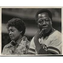 1976 Press Photo Hank Aaron and Wife Billye at Milwaukee Brewers Game