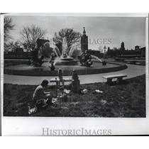 1976 Press Photo Picnickers Eat Near JC Nichols Memorial Fountain in Kansas City