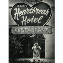 1987 Press Photo Tennessee-Tourist Photographs the Heartbreak Hotel Restaurant