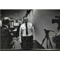 1980 Press Photo Police Officer Orders Newsmen to Remove Cameras, Brown Deer
